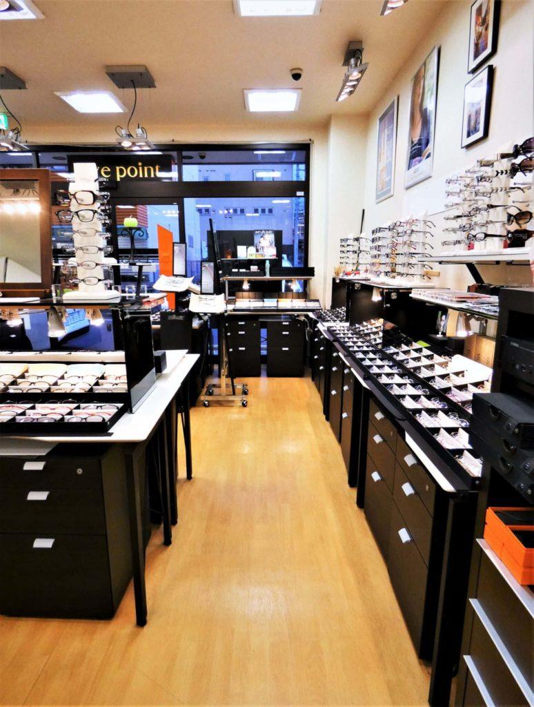 秦野市の眼鏡専門店アイポイントの店内